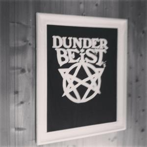 Ramme rundt Dunderbeist. Svart-hvitt da dette er tatt fra Instagram.