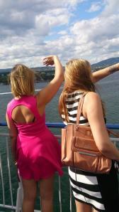 Camilla og jeg vinker til forbigående båter.