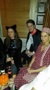 Catwoman, kjæresten hennes Dracula og Camilla som hippi.