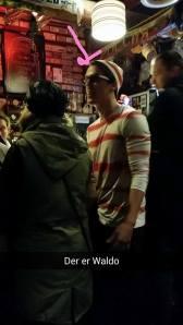 Waldo står i baren.