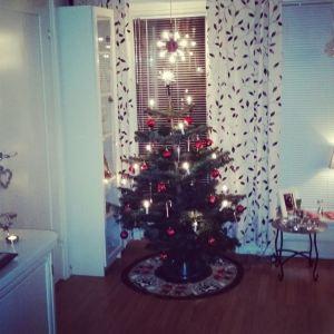 Elin har pyntet juletreet.
