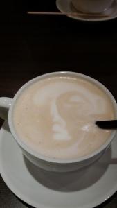 Drakk en chai latte med ansikt.