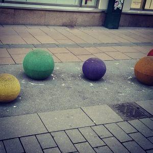 Fargerik kunst i sentrum.