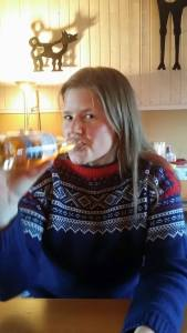 God stemning. Tonje nyter en øl.