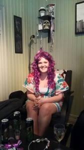 Ann Kristin kler lilla hår.