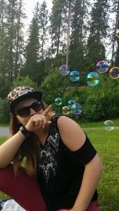 Sara er omgitt av bobler.