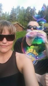 Remi blåser store bobler.