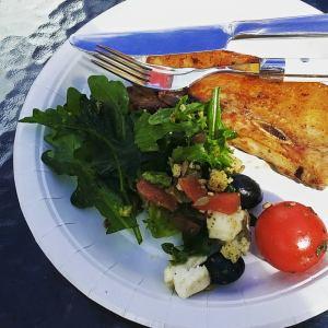 Krydret grillribbe og salat.